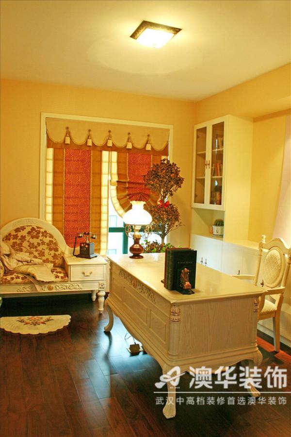 书房设计精致讲究,深棕色原木地板与奶油白桦木书桌组合,深浅变幻,营造出一种静默的律动感。窗帘搭配也颇为用心,红色缎面金丝线圈及镶边的组合尽显高贵气质。