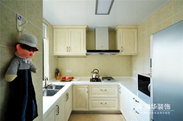 米黄色整体橱柜与同色系倒菱形拼贴墙砖,奠定了空间温馨的基调。注重功能实用性的厨房,以U型设计打造出兼具收纳与美观为一体的多功能区间,达到小空间变身扩容的效果。