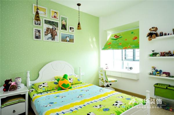 想要营造活泼、青春的男孩成长空间?苹果绿绝对是一种丰富视觉美感,唤醒活力与朝气的正能量色彩。靠窗白墙被改造成陈列架,以解决孩子的玩具收纳问题,小飘窗同样变身为简易书桌,既节省面积,又增添空间趣味性。
