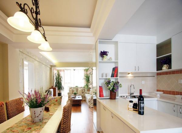 开放式的厨房紧邻着餐厅,软装配饰设计也要做碎花的图案