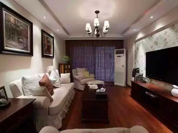 客厅主要是以简约美式风为基调,墙面的乳胶漆选择是在中间色系搭配,沙发选择全布艺沙发,给人温馨舒适的感觉,边柜选择是五彩柜增添客厅空间的色系感。