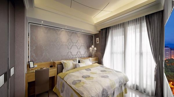 除在床头处架设结合薄柜与梳妆台机能的木作腰板外,另在墙面以图腾壁纸与灰镜包框手法增添华美气息。
