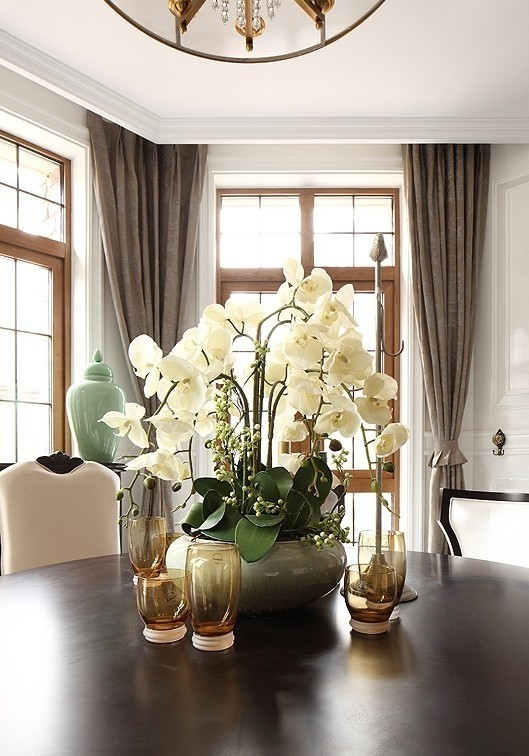 法式的餐桌花卉是少不了的。