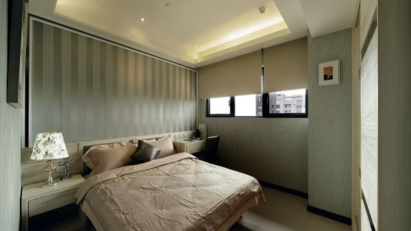 同採一体成型规划床头与边桌、书桌的小孩房中,以直纹壁纸铺陈现代俐落感。