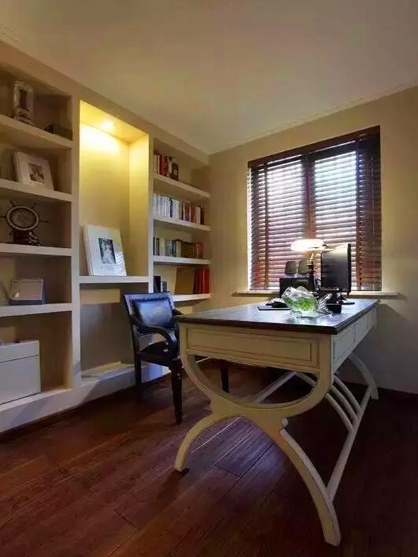 书房选择成品工艺书桌,搭配仿古灯营造出一份宁静安逸的书房环境。