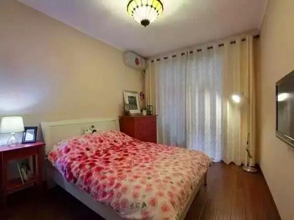 次卧室以简易的床品位置边柜红色的增添次卧室空间的色彩跳跃。
