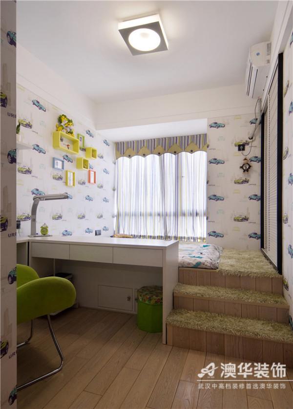 全房设计充分考虑儿童成长环境的趣味性,卡通汽车图案墙纸、清新条纹窗帘,妆点出明朗、活泼的空间氛围。量身定制的一体式书桌,将休息区和活动区明确划分,木质楼梯台阶上铺设柔软毛毯,规避安全隐患。