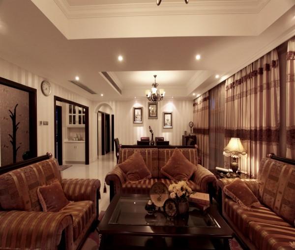 客厅全貌,沙发选用欧式沙发风格。