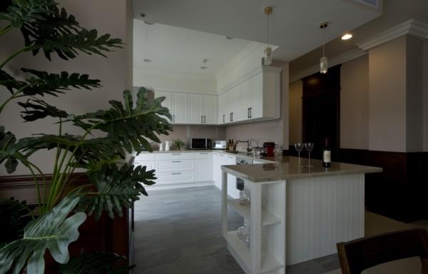 餐厅与厨房之间,以结合厨具设备的L型吧台,建构出裡外相应的空透空间。