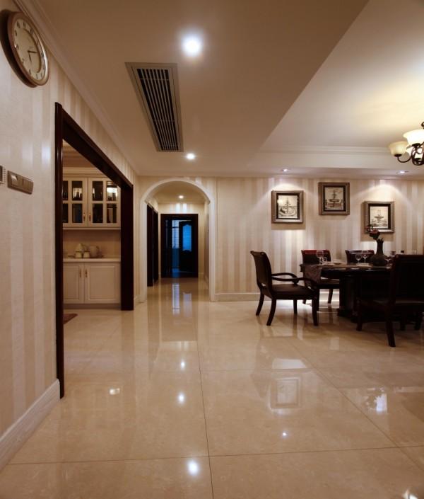 客厅和餐厅区域划分明确,餐厅背景墙欧式风格。