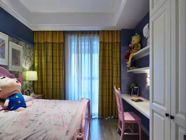 儿童房选用粉色床和床头柜。