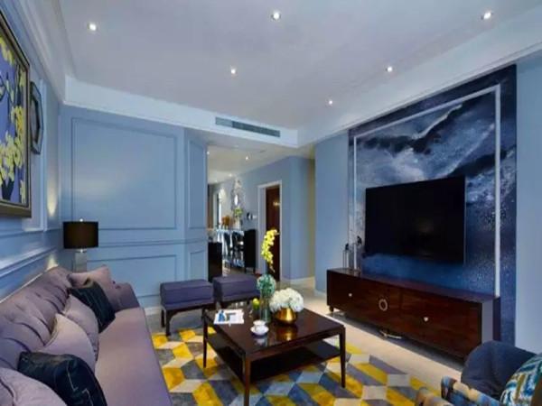 整个墙面采用淡蓝色墙漆,电视背景是整体墙布。