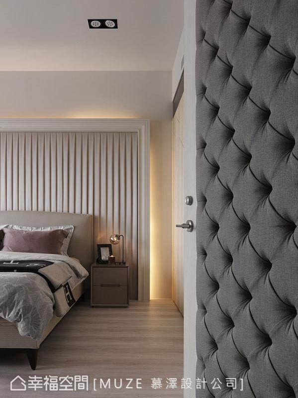 门片使用拉扣绷布的设计,结合床头板百褶裙的造型,为场域增添一丝暖意,并呈现出不同立面质感。