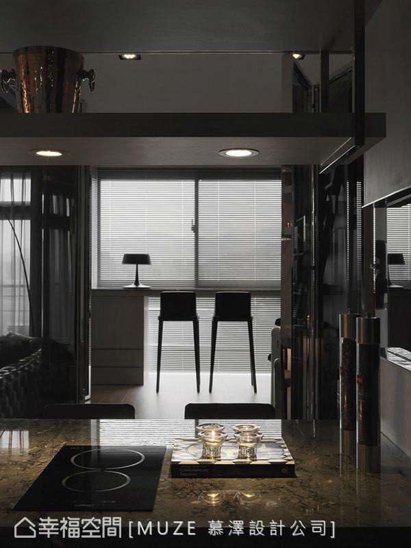 慕泽设计团队刻意将书桌规划于迎光面处,并缩小柜体的体积减少视线,藉此拉长空间的景深。
