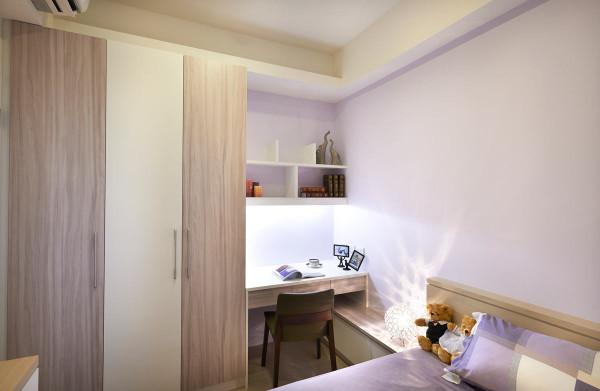 利用每一个可以收纳的空间,结合了床头与书桌的功能