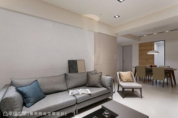 屋主夫妻偏爱简约、不多加缀饰的风格设计,在素雅的空间基调中,适度揉入木色元素,增添场域的自然温度。