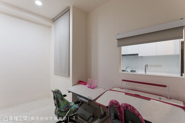 于多功能室摆放两张学龄期的儿童书桌,给予屋主的一对宝贝儿女舒适的学习环境,并以透明玻璃与厨房做区隔,兼顾女屋主与孩子间的互动。