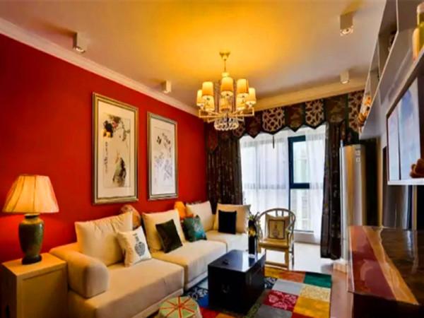 客厅以朱红色为沙发背景,妆点中国画、圈椅、鼓凳等各种东方元素。