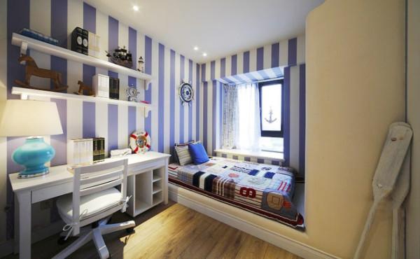 窗边上的榻榻米,阳光充足。白色的书柜简单而使用方便。