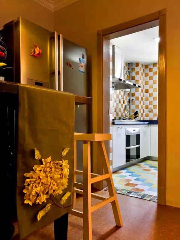 从这个角度可以看到厨房内彩色混搭的地砖和白色橱柜。