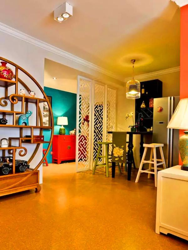 西式吧台混搭于玄关和厨房之间,吧台上靠墙设计了酒柜,供屋主小酌之地。