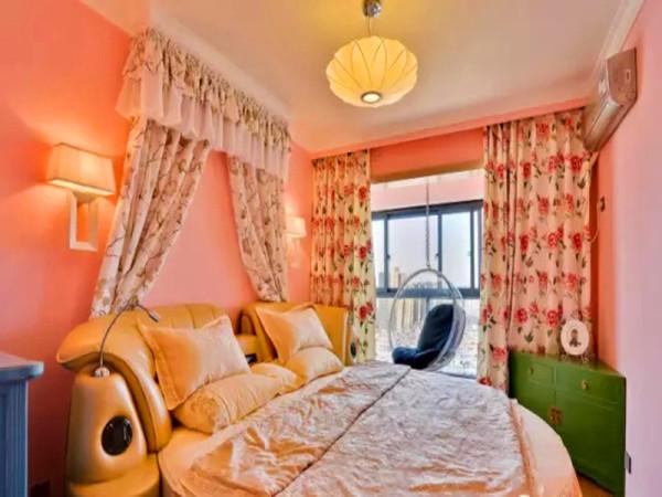 主卧一张非常大的圆床,加上床幔装饰,风格华丽。