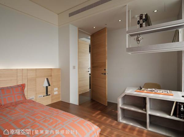让大门刻意顶至天花,拉宽空间幅度且显宽敞大器:将照明设备隐藏于木皮墙面的台灯图案里,到了晚上则转为夜灯之用。