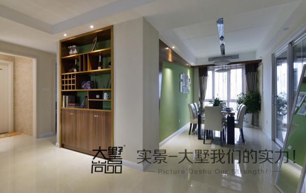 门厅处内嵌的酒柜既保持了整体空间的美观,又极实用。