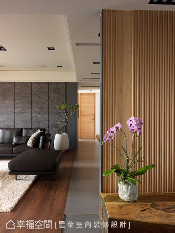 地坪利用质材差异,界定出各自领域,像是藉由意大利进口砖铺陈出走道与餐厅区,客厅则以木纹为基底。