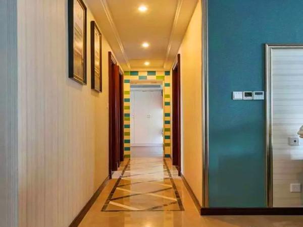 """针对入户儿童房对着门的问题,做隐形""""暗门""""处理。远看会以为是一块完整的""""装饰画""""墙面,实则别有洞天。"""