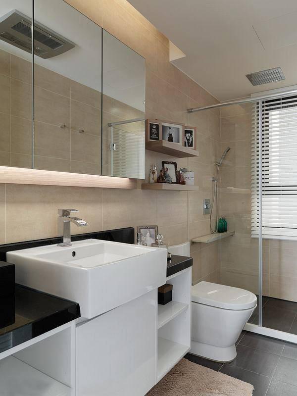 在有限的浴室空间内,设计师细腻观察到五金置物架可能产生的清洁困扰,特别于淋浴区内增设人造石平台,大幅提高空间实用性