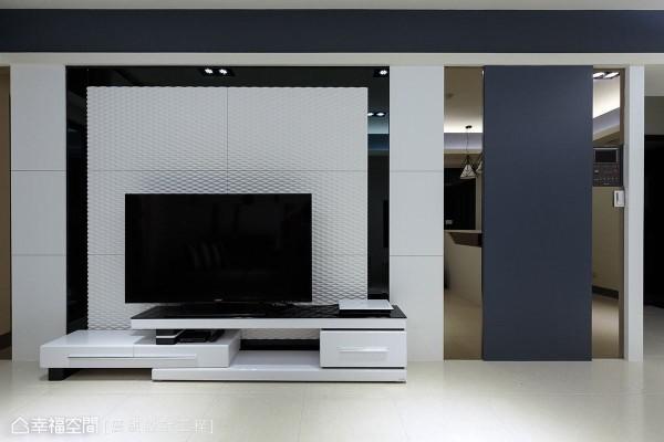 电视墙右侧以茶镜与铁灰色块面做延伸,透过镜面的反射特性,让空间有视觉放大的效果。