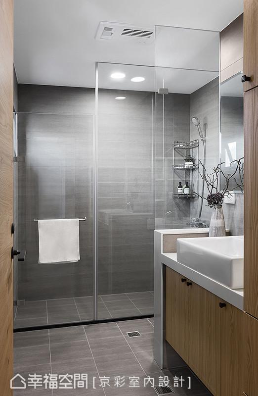 设计师王立峥为有淋浴习惯的屋主,设计干湿分离的卫浴环境,并铺设黑色板岩砖,让空间更显现代沉稳。