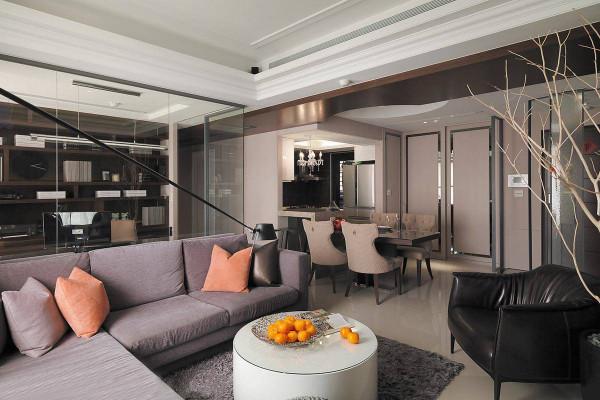 远处原非开放式规格的厨房,藉由吧台与活动式餐桌安排,屋主可依待客需求自由调配座位数量。