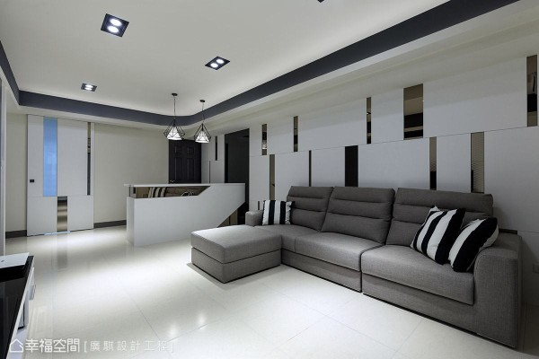 整体以白色为主的空间中,透过镜面与色彩的运用,让场域跳出活泼视觉感。