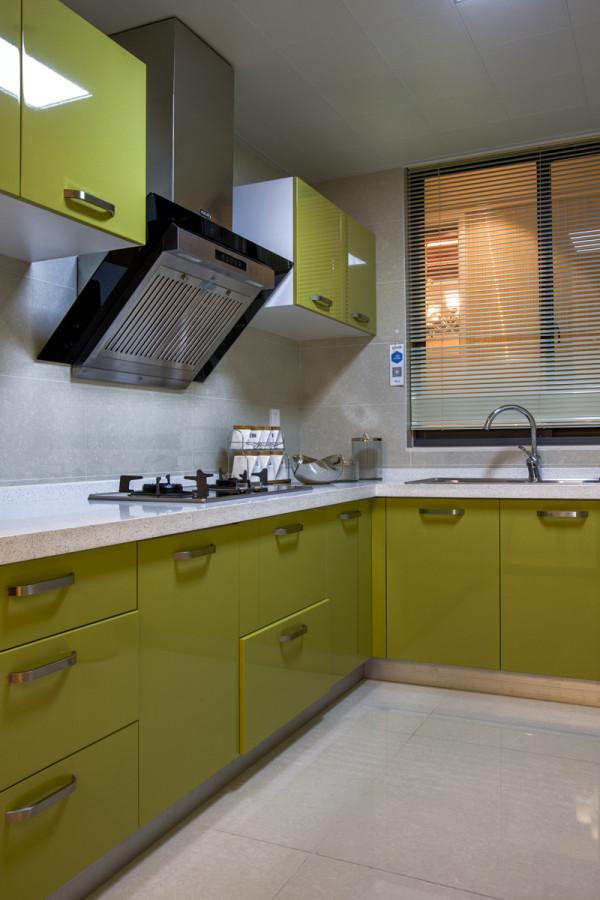 简约型的厨房,明黄色的橱柜搭配白色基调,让你每天有一种鲜活的心情做 饭。