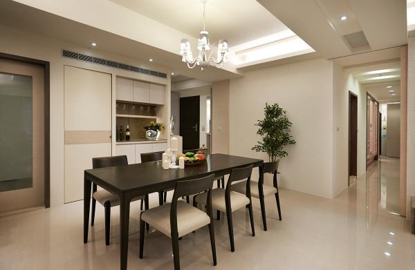 由玄关转入餐厅,以拼色大理石地坪划分场域功能,侧边备餐檯则结合了餐柜与展示柜,让屋主使用更便利与多元