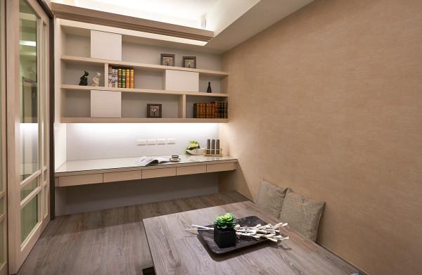 架高40cm的地坪兼具大量收纳的功能,也能作為书桌的座椅使用