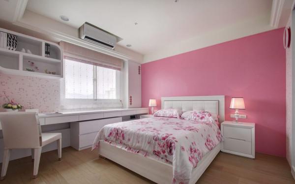 儿童房以壁纸与漆牆表现不同的粉彩效果,同一以机能配置为出发,狭长的沿窗桌檯规划梳化与阅读两区。