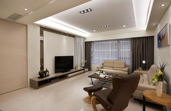 设计师在电视主墙的质材运用上,以瑞士泥与茶镜相互搭配,让细腻的质感缔造高品味