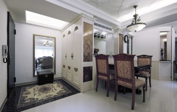 入口玄关地坪以马赛克拼花,铺述宫廷 式的典雅高贵,成為迎宾的第一印象。