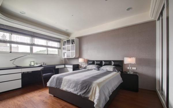喜爱强烈对比的绝对色调,除木地板外,灯饰、暖灰色床头,以及弧形造型书架,是平衡空间柔和度的要素。