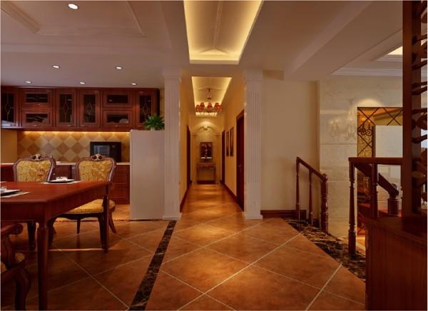 客厅1罗马柱,仿古地砖,木色橱柜,欧式家具……将您带进一个充满浪漫色彩的欧洲古堡.