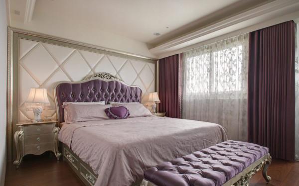 改以华贵的新古典氛围规划的主卧空间,纳入女主人喜爱的贵气紫色、菱格拉扣,与极具时尚线条的大菱格绷布,转换柔和的卧眠氛围。