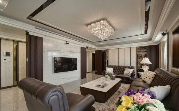 设计者凭借石材与木格栅搭构隔屏概念的电视牆,引导动线之馀,兼顾收纳与大器美观。