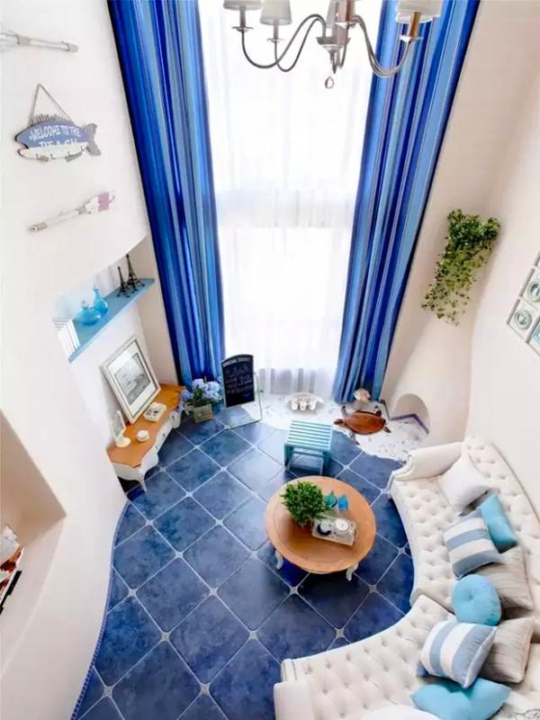 在客厅的大落地窗一角,安排了一个装饰性的壁炉,同样采用了曲线为主的设计。