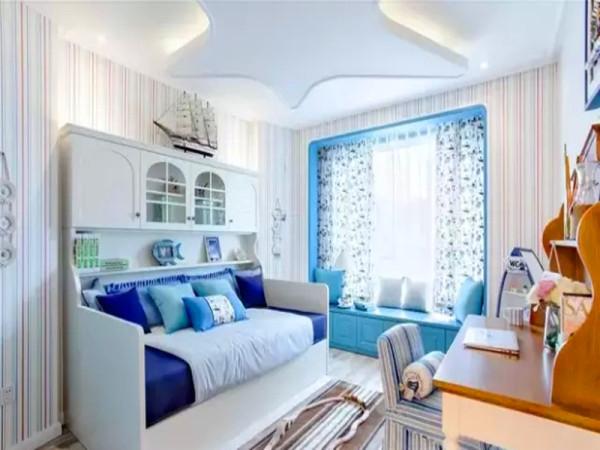 儿童房的海星型吊顶暗藏了发光灯带,与储物柜形成一体的床榻设计趣味性十足。