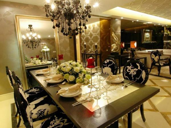 黑色烤漆玻璃配饰欧式新古典沙发,即摩登又不失高贵品位,沙发背景墙的黑色烤漆玻璃让轻飘的空间多了一份重量感又在视觉感受上扩大了空间。