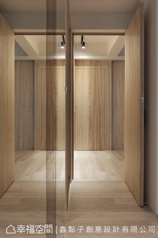 在主卧入门处,以明镜、灰镜及茶镜来放大空间坪效,同时也能作为穿衣镜使用。
