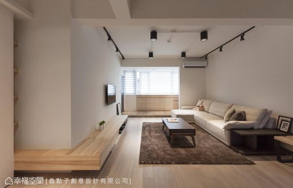 设计师郑明辉保留老屋的楼高,仅修饰管线与出风口,并以重点式及轨道灯照明来呈现光氛效果。